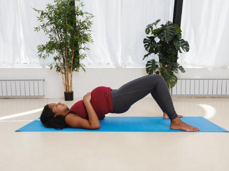 Femme enceinte pratiquant le yoga