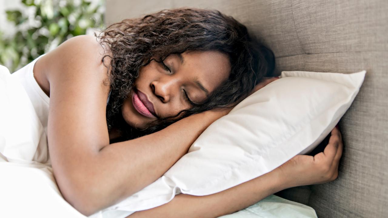 Une femme dormant paisiblement